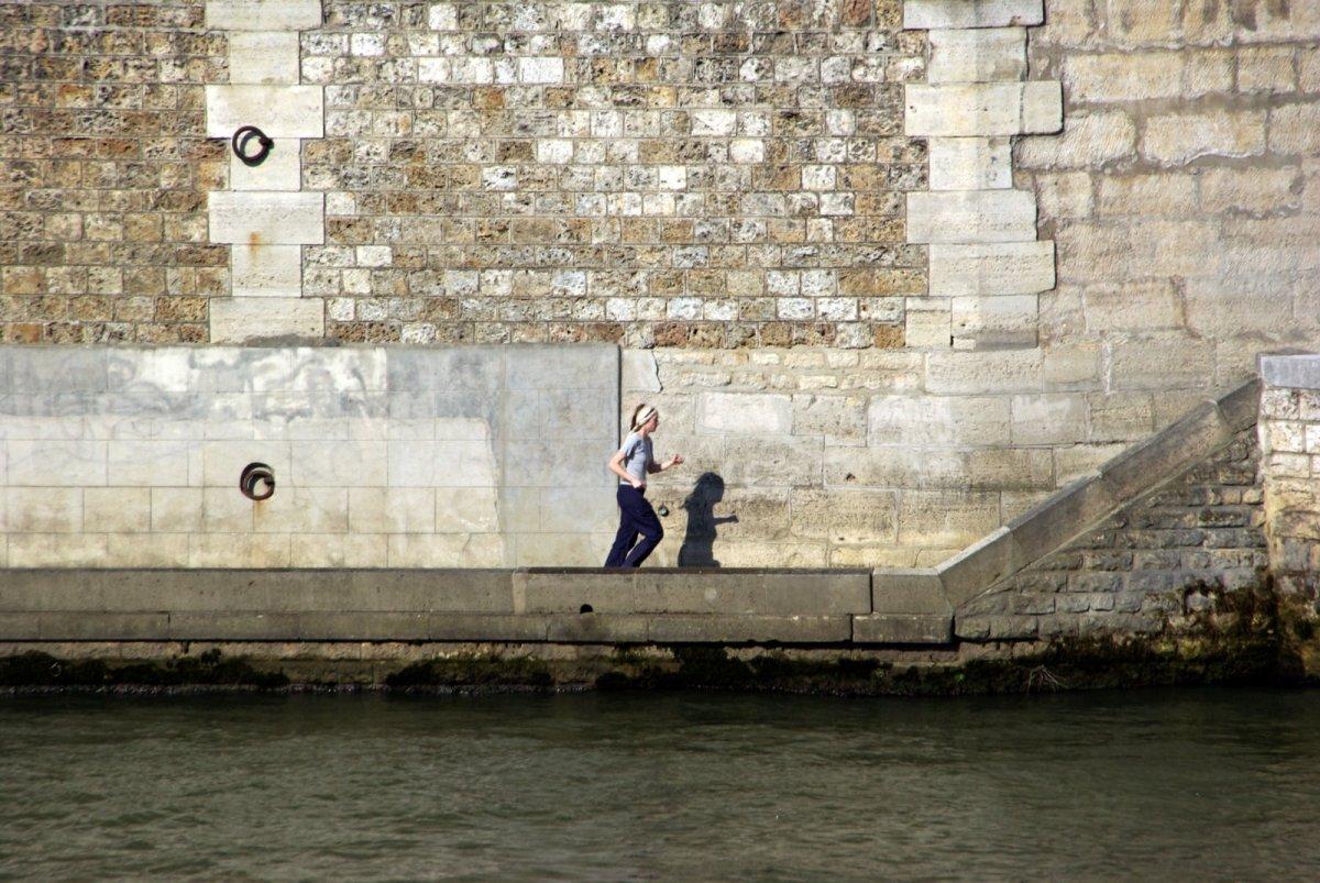 Smerige poten aan de Seine