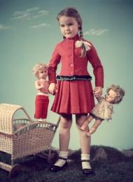 3810-829n Meisje met poppen. Foto Walter Blum