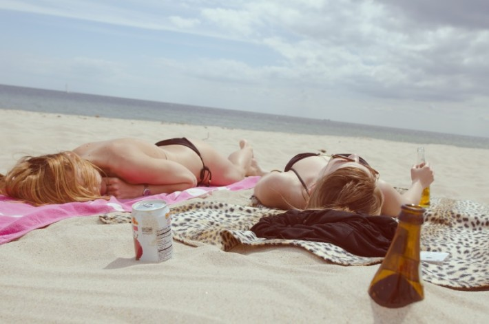 Beach drinking girls - Source: unsplash.com
