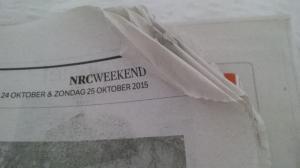 Weekendeditie NRC, al beduimeld en aan elkaar geplakt voordat je hem openslaat